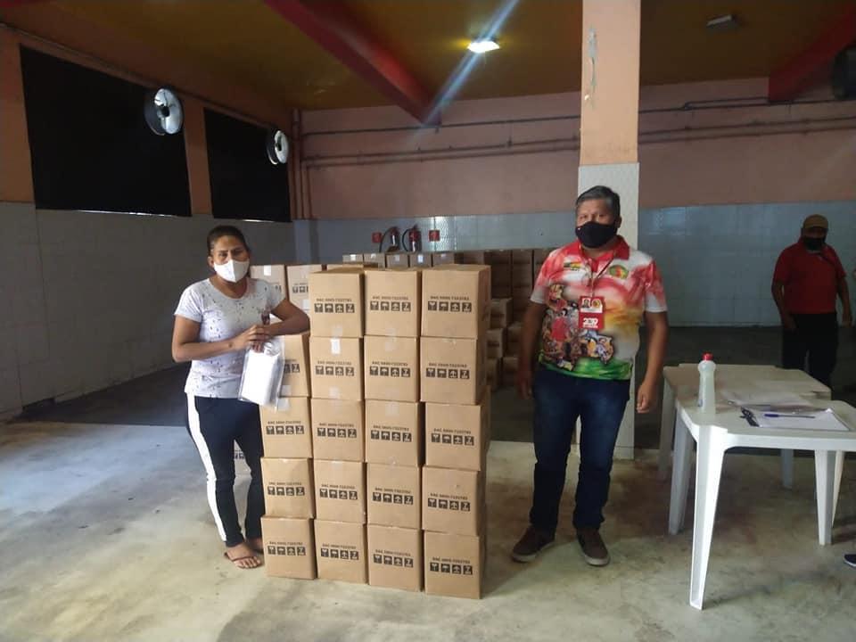 Cestas básicas são distribuídas para folcloristas bolivianos de baixos recursos em São Paulo.