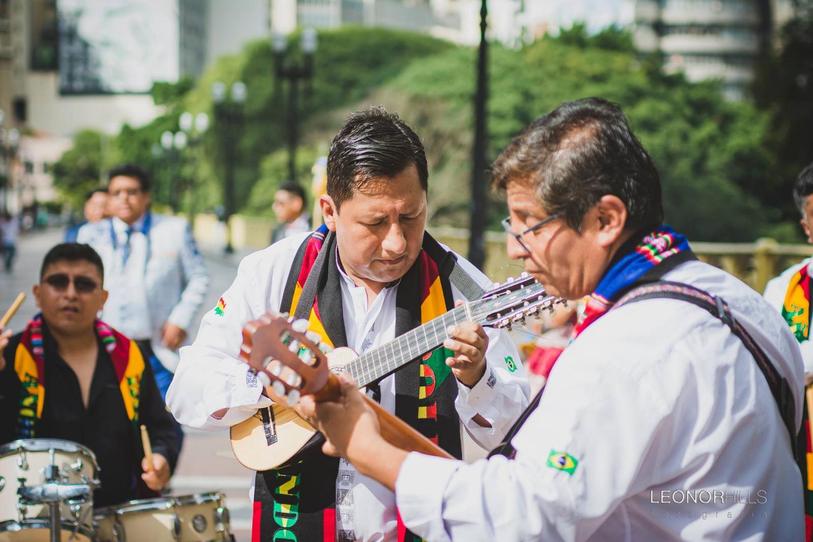 Dança bandeira da boliviana, a MORENADA no viaduto do Chá em São Paulo